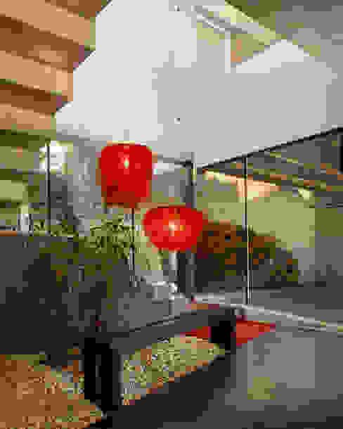 Hogar de estilo  por Luxiform Iluminación