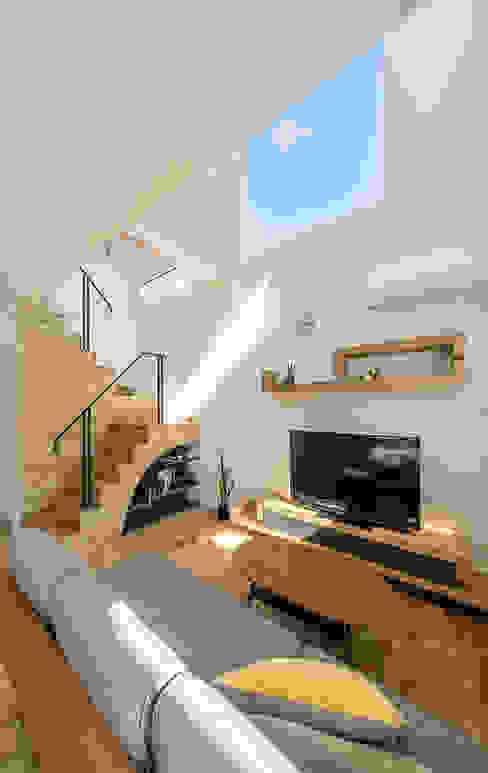 Salas / recibidores de estilo  por 株式会社seki.design