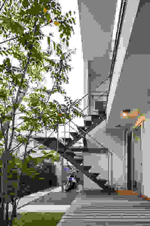 桜と暮らす家 Kenji Yanagawa Architect and Associates 階段 鉄/鋼 灰色