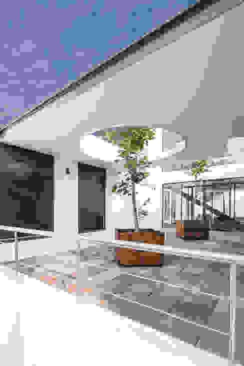 Minimalist house by Dionne Arquitectos Minimalist