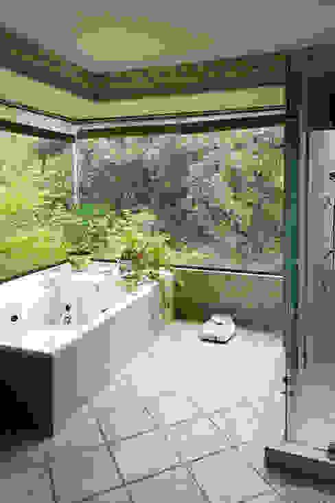 Hermoso Entorno · El Arrayán, Lo Barnechea, Chile Baños de estilo moderno de Francisco Vicuña Balaresque Moderno