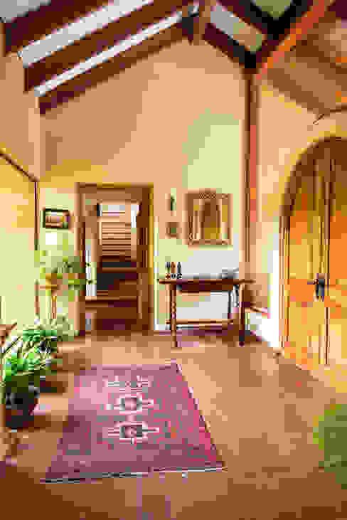 Hermoso Entorno · El Arrayán, Lo Barnechea, Chile Pasillos, vestíbulos y escaleras modernos de Francisco Vicuña Balaresque Moderno