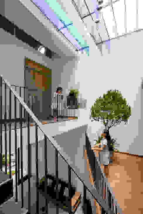 Балкон и терраса в стиле модерн от Công ty TNHH Xây Dựng TM – DV Song Phát Модерн