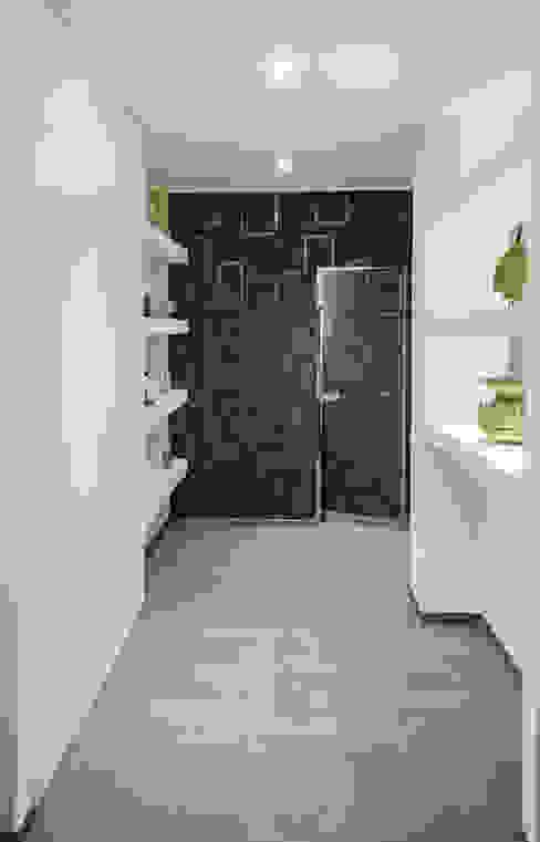 Ingresso e porta raso muro per l'accesso al bagno degli ospiti Rosa Gorgoglione Architetto Bagno moderno Grigio
