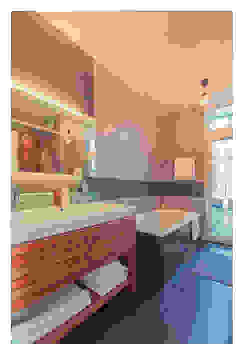 Home Staging einer Wohnung in 1140 Wien die zu VERKAUFEN ist !!! Moderne Badezimmer von VIENNA HOME STAGING Modern