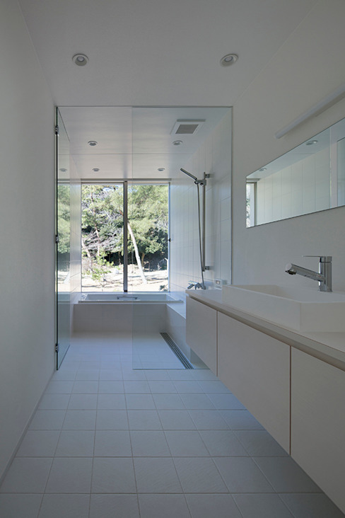 鎌倉 長谷の家 モダンスタイルの お風呂 の 松岡淳建築設計事務所 モダン タイル