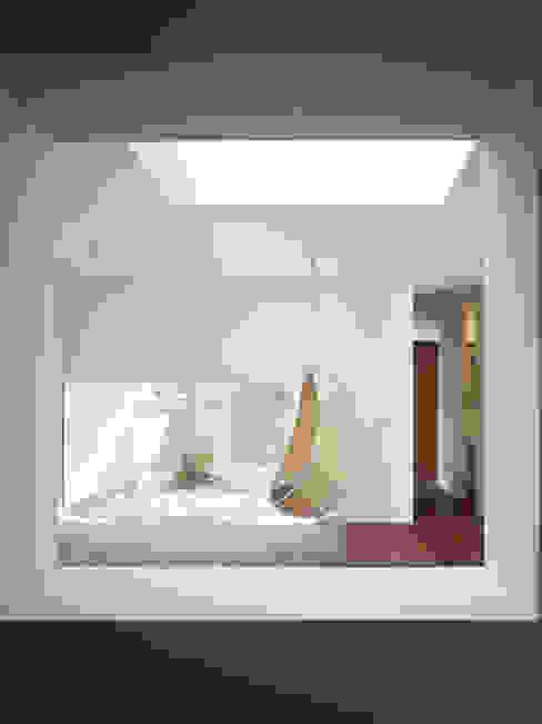 NY 隣家と緩やかに繋がる家 モダンデザインの リビング の 山縣洋建築設計事務所 モダン
