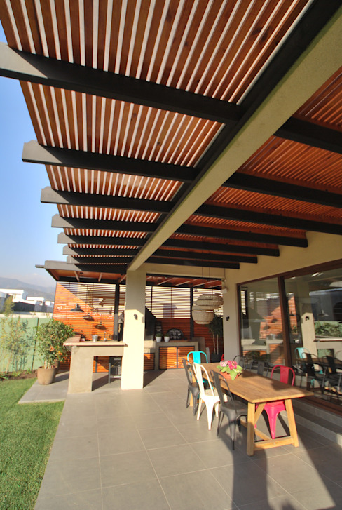 Techo volado con tensores Balcones y terrazas modernos de Selica Moderno