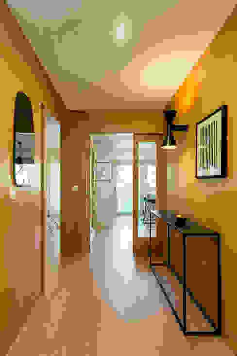 Tangerinas e Pêssegos - Design de Interiores & Decoração no Porto Modern Corridor, Hallway and Staircase Wood Wood effect