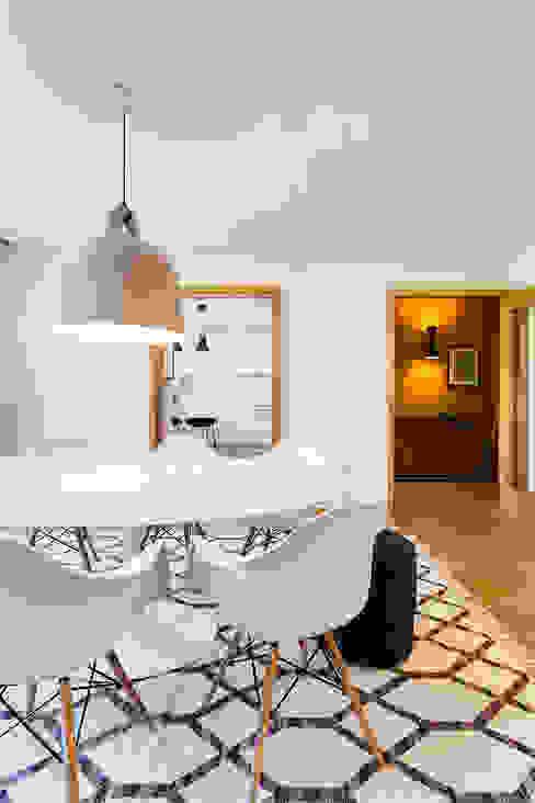 Modern dining room by Tangerinas e Pêssegos - Design de Interiores & Decoração no Porto Modern Wood Wood effect