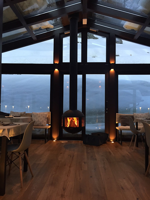 il camino sospeso che crea un calda atmosfera archstudiodesign Hotel in stile minimalista Vetro