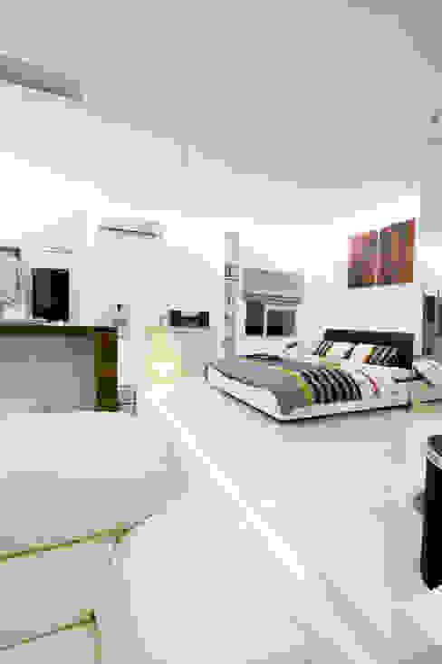 LIVING THE OPEN PLAN APARTMENT @ SEASON CITY, WEST JAKARTA Kamar Tidur Modern Oleh PT. Dekorasi Hunian Indonesia (DHI) Modern