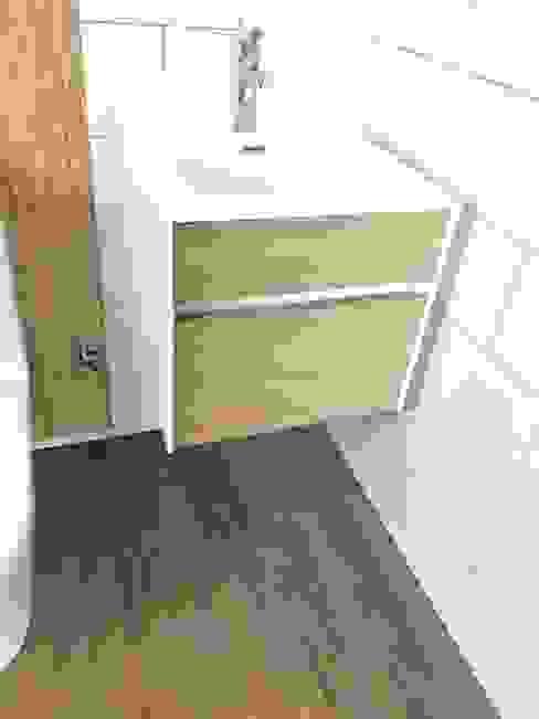 Mueble Vanitorio baño de Visitas. Vivienda Premium 115m2 Fundo Loreto. Baños de estilo moderno de Territorio Arquitectura y Construccion - La Serena Moderno Compuestos de madera y plástico