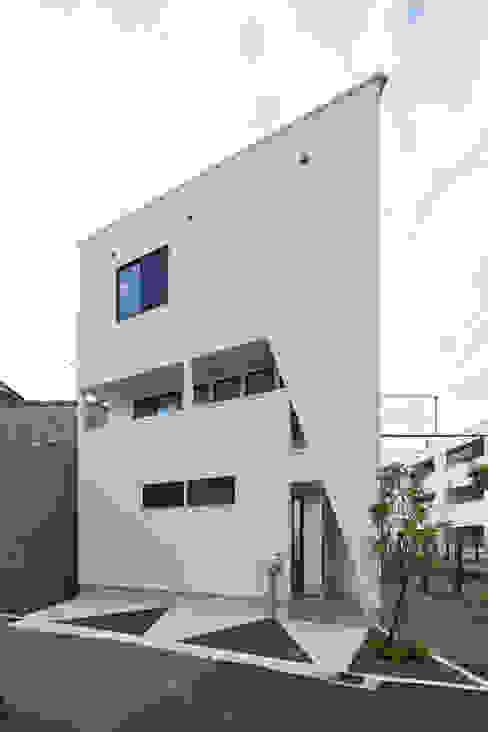3角敷地に3角な3階建の家 の 一級建築士事務所 株式会社KADeL モダン