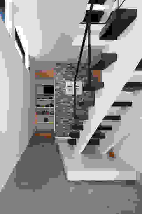 3角敷地に3角な3階建の家 モダンスタイルの 玄関&廊下&階段 の 一級建築士事務所 株式会社KADeL モダン