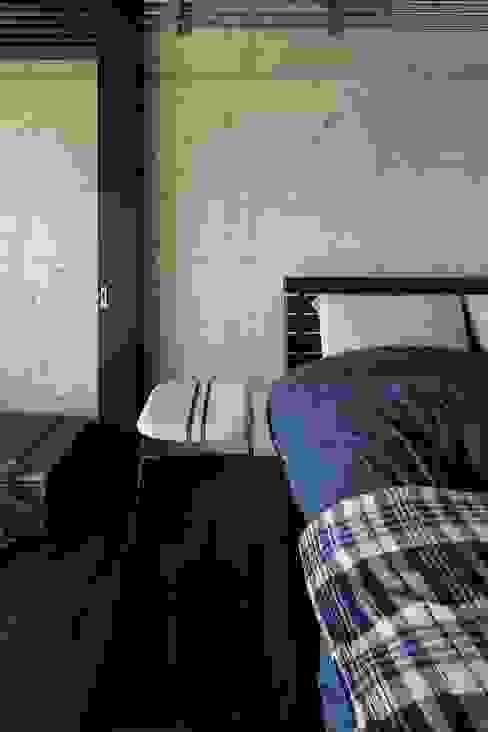 Kigaeru Flat Rustikale Schlafzimmer von 山本嘉寛建築設計事務所 yyaa Rustikal Beton