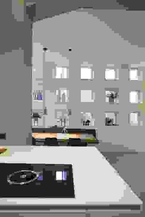 Leefkeuken met contact naar eetgedeelte:  Eetkamer door Thijssen Verheijden Architecture & Management,
