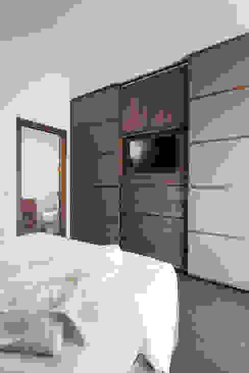 Armadio Camera da letto moderna di manuarino architettura design comunicazione Moderno Legno Effetto legno