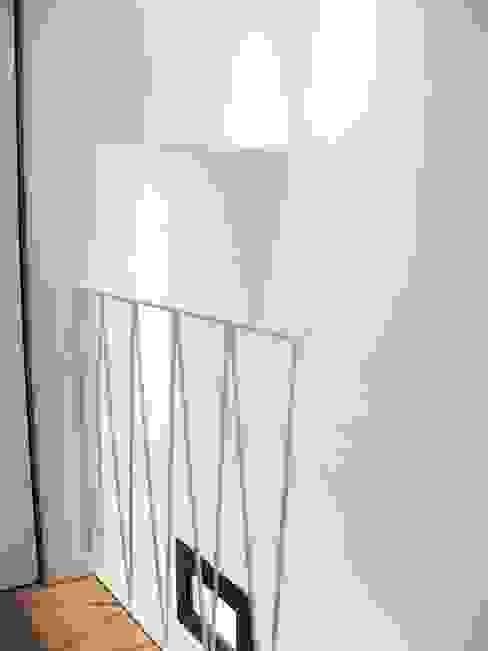 Barandilla en celosía. GPA Gestión de Proyectos Arquitectónicos ]gpa[® Escaleras Hierro/Acero Blanco