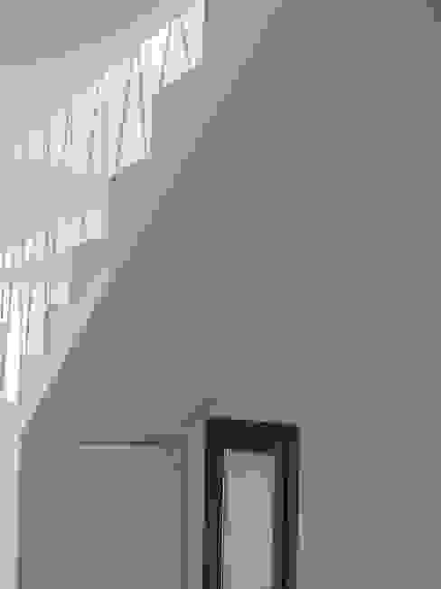 Barandilla de escalera en celosía. GPA Gestión de Proyectos Arquitectónicos ]gpa[® Escaleras Hierro/Acero Blanco