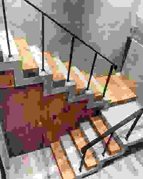 Casa ES FAARQ - Facundo Arana Arquitecto & asoc. Escaleras Hormigón Acabado en madera