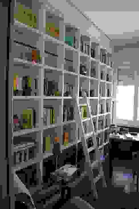 librerie bianca Bucefalo Arredamenti Ingresso, Corridoio & Scale in stile moderno