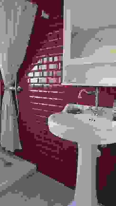 Baño de cortesía. MUMARQ ARQUITECTURA E INTERIORISMO Baños de estilo rústico Rojo