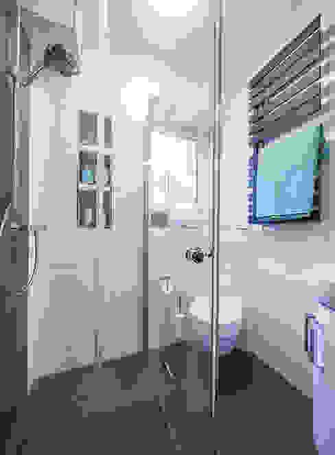 Der Platz im kleinen Bad wird durch die einklappbaren Duschtüren perfekt ausgenutzt Moderne Badezimmer von Banovo GmbH Modern Glas