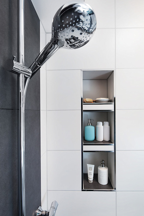 Moderne Dusche mit integrierter Nische für extra Stauraum Moderne Badezimmer von Banovo GmbH Modern Keramik