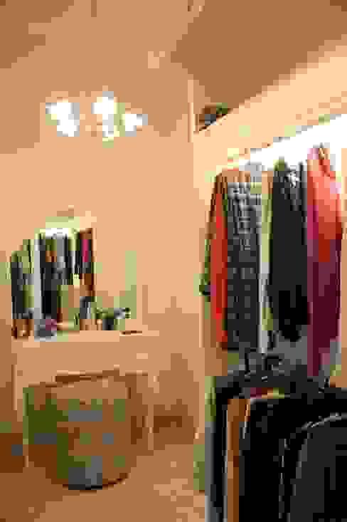 Ruang Pakaian Oleh Exxo interior Klasik