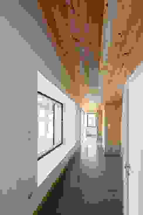 Pasillos, halls y escaleras minimalistas de homify Minimalista Madera Acabado en madera