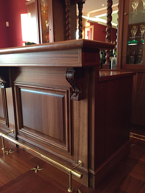 Arredo bar in casa Soggiorno classico di Falegnameria su misura Classico Legno Effetto legno