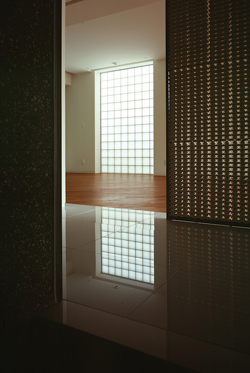 HIROO FLAT 裏手の広大な森を借景とした住まい モダンデザインの リビング の JWA,Jun Watanabe & Associates モダン