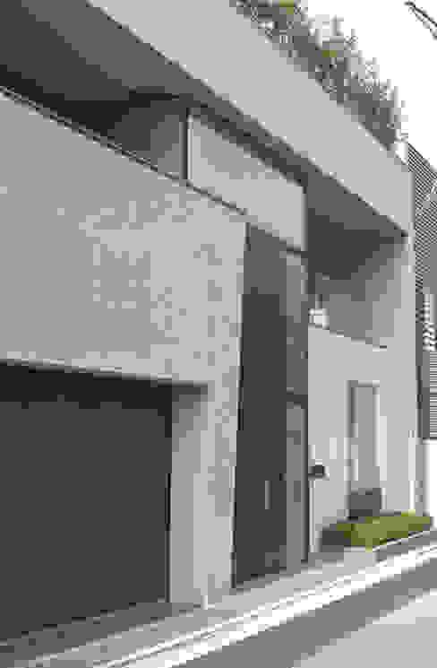 高輪台 建築家志望だった施主と協働して理想の住まいづくり House in Urban Setting 01 モダンな 家 の JWA,Jun Watanabe & Associates モダン