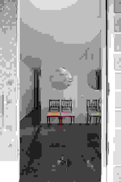 ひかりを組み込む家: 設計事務所アーキプレイスが手掛けた廊下 & 玄関です。,モダン タイル