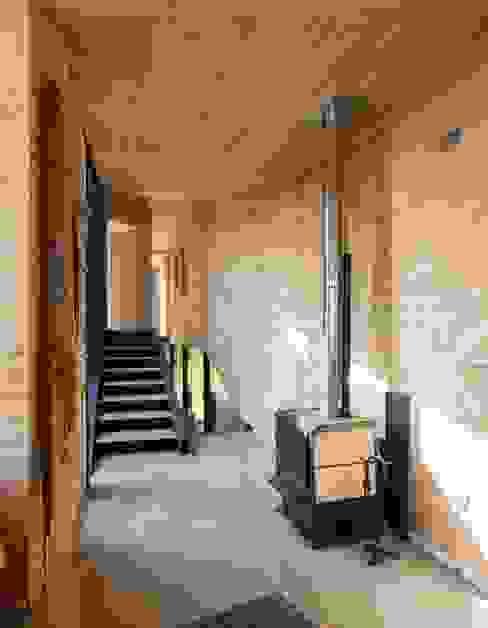 Pasillos, vestíbulos y escaleras modernos de homify Moderno Madera Acabado en madera