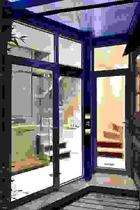 Kính cường lực được sử dụng nhằm tận dụng tối đa ánh sáng cho căn nhà. bởi Công ty TNHH TK XD Song Phát Châu Á Đồng / Đồng / Đồng thau
