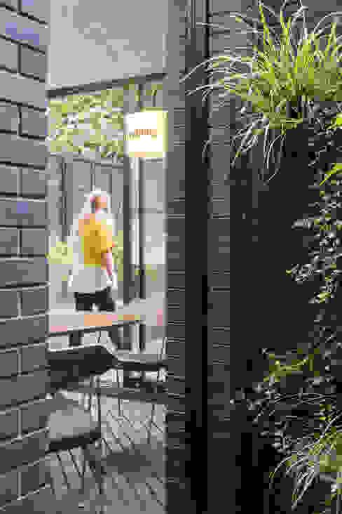 View through light well bởi Mustard Architects Hiện đại