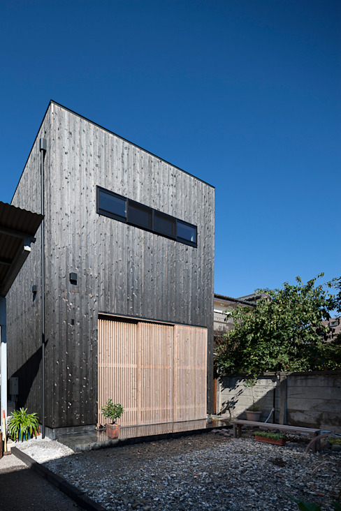 格子で防犯とプライバシーを確保: 根來宏典建築研究所が手掛けた家です。,
