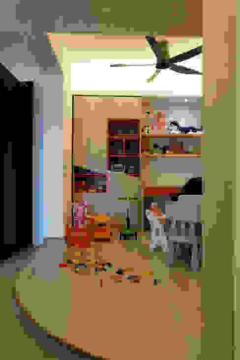 Phòng trẻ em phong cách tối giản bởi inDfinity Design (M) SDN BHD Tối giản