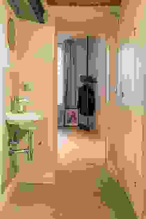 Corridoio attrezzato: Ingresso & Corridoio in stile  di PADIGLIONE B,
