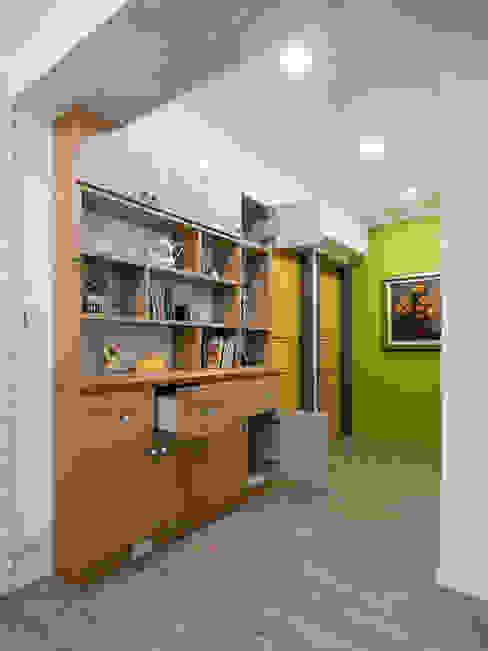 市區45年老屋華麗轉身 恬靜鄉村風 乡村风格的走廊,走廊和楼梯 根據 采荷設計(Color-Lotus Design) 鄉村風 實木 Multicolored