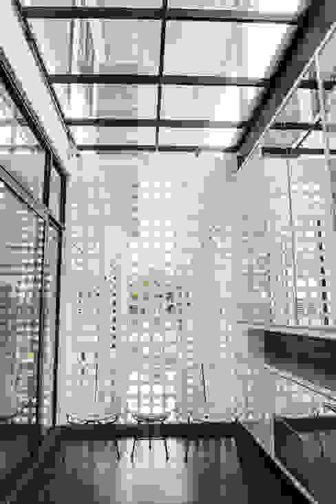 Vintage Modern J Hous Studio Minimalist corridor, hallway & stairs Bricks White
