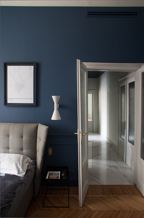 camera da letto e corridoio andrea rubini architetto Camera da letto in stile classico Blu