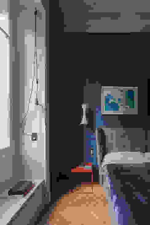 seduta sotto finestra andrea rubini architetto Camera da letto in stile classico Legno massello Blu