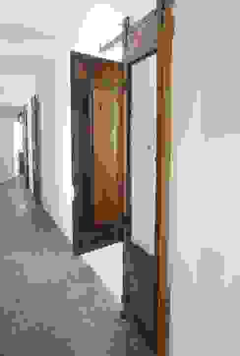 Casa da Ribeira Corredores, halls e escadas rústicos por CF Arquitectura e Design Rústico