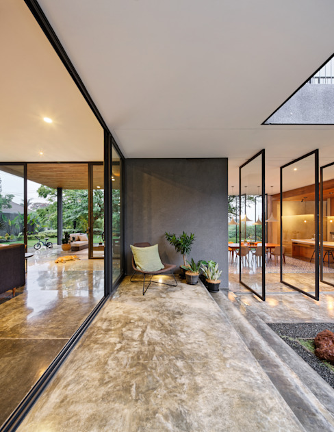 Balcones y terrazas de estilo tropical de Tamara Wibowo Architects Tropical Concreto