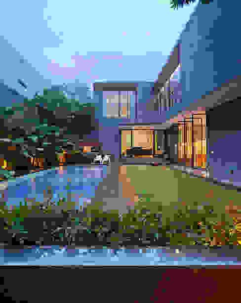 Casas de estilo tropical de Tamara Wibowo Architects Tropical Madera Acabado en madera