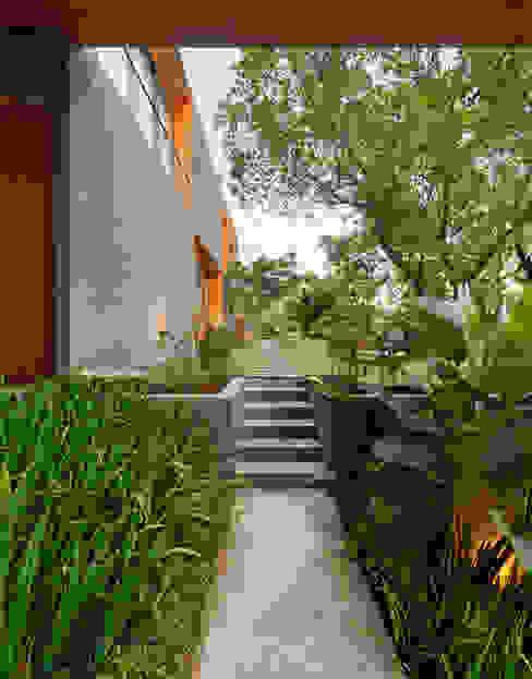 Casas de estilo tropical de Tamara Wibowo Architects Tropical Concreto