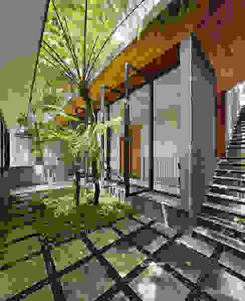 Casas de estilo tropical de Tamara Wibowo Architects Tropical